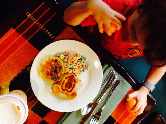 overdose de mickey parte 1 - até o waffle do café-da-manhã tem a cara dele