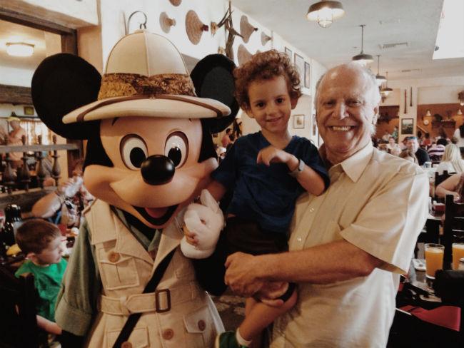 francisco e vovô no café da manhã do Tuster House, restaurante dentro do Animal Kingdom, com a presença ilustre de Mickey Mouse versão safari :)