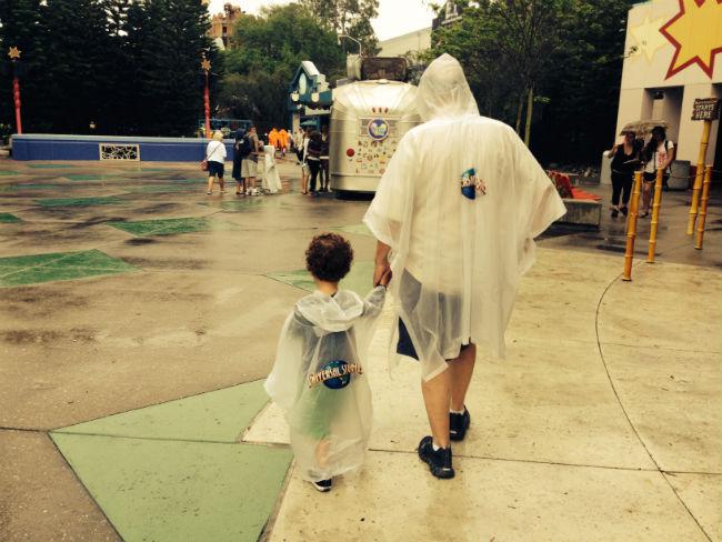 francisco e vovô na chuva, no universal studios