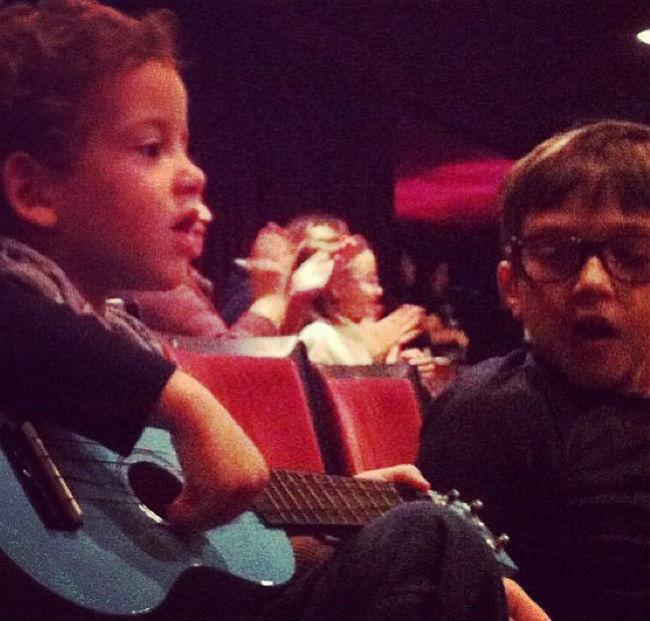 francisco e seu ukulele - ah sim, as crianças podem levar um instrumento e tocar junto no final.